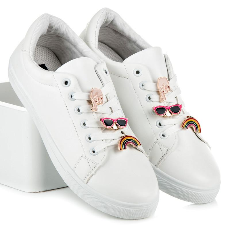 Bílé tenisky s trendy ozdobami
