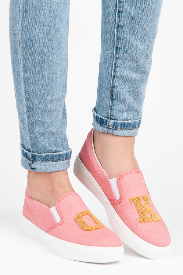 Bombastické růžové džínové tenisky s nápisem OK