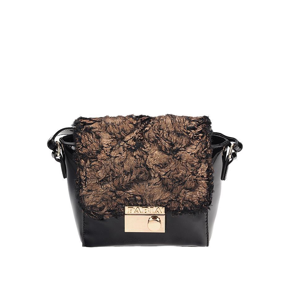 Černá lakovaná crossbody kabelka zdobená kožešinkou