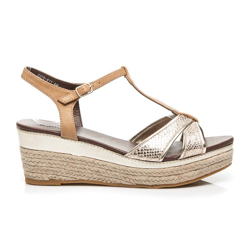 8aa715307dc6 Dámske zlaté sandále na platforme kterou oplétá plátěný materiál ...