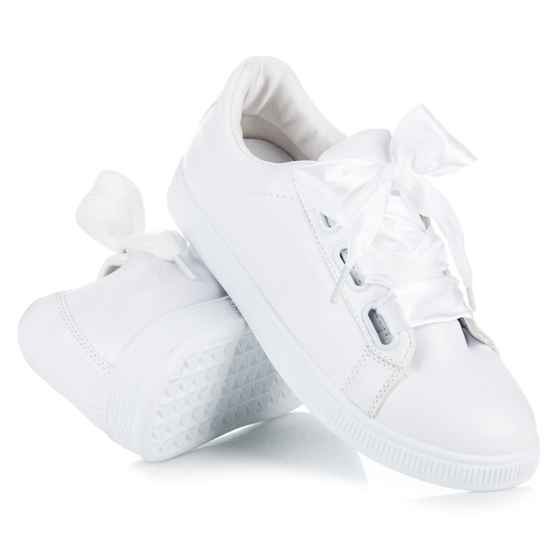 Dokonalé bílé tenisky vázané stužkou