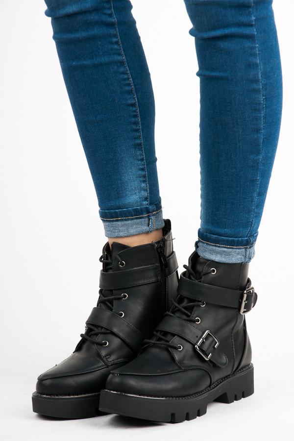 Dokonalé černé kotníkové boty na platformě