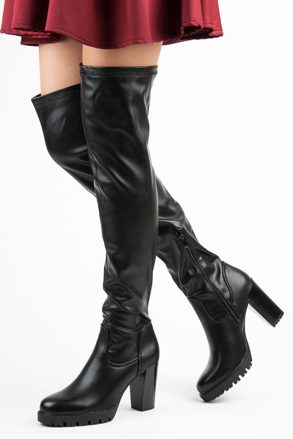 Efektní černé kozačky nad kolena