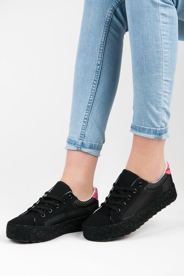 Elegantní dírkované černé tenisky
