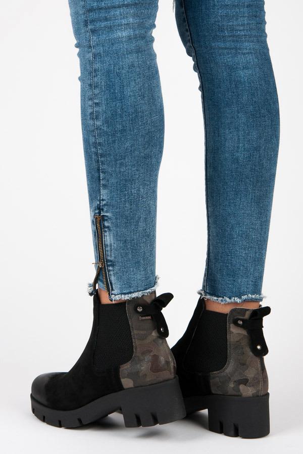 Moderní černé kotníkové boty na platformě