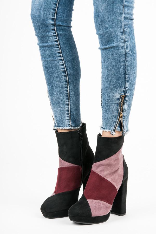 Moderní černo-růžové kotníkové boty na vysokém podpatku