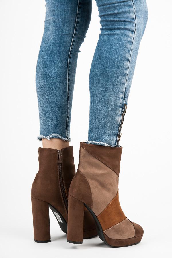 Moderní hnědé kotníkové boty na vysokém podpatku