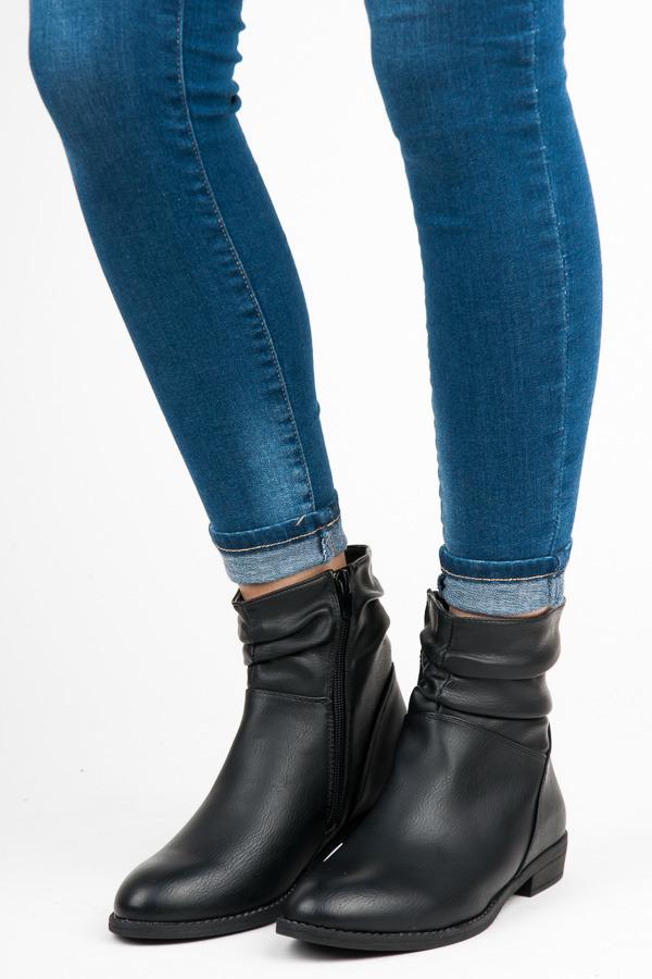 Módní černé kotníkové boty na nízkém podpatku