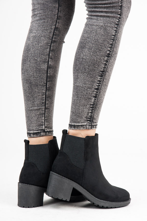 Módní černé kotníkové boty na podpatku