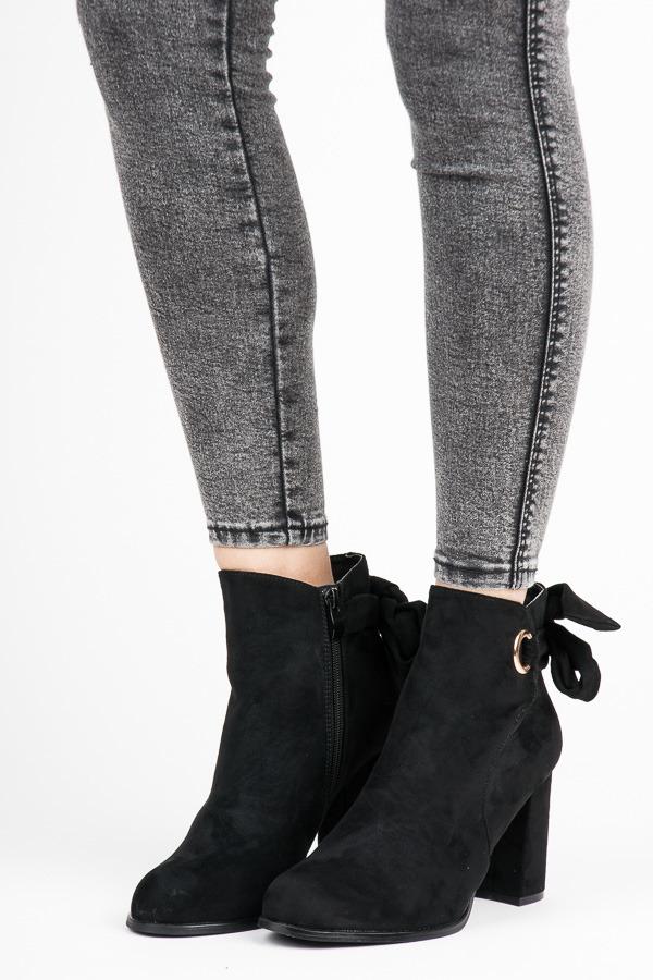 Módní černé kotníkové boty na sloupku s mašlí