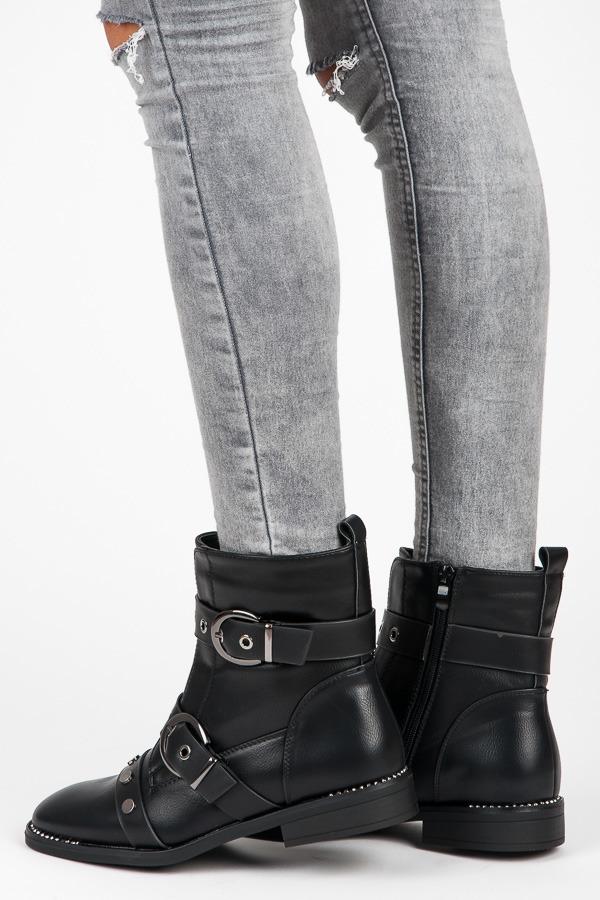 Módní černé kotníkové boty s přezkami