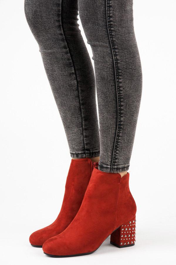 Módní červené kotníkové boty s kamínky na podpatku
