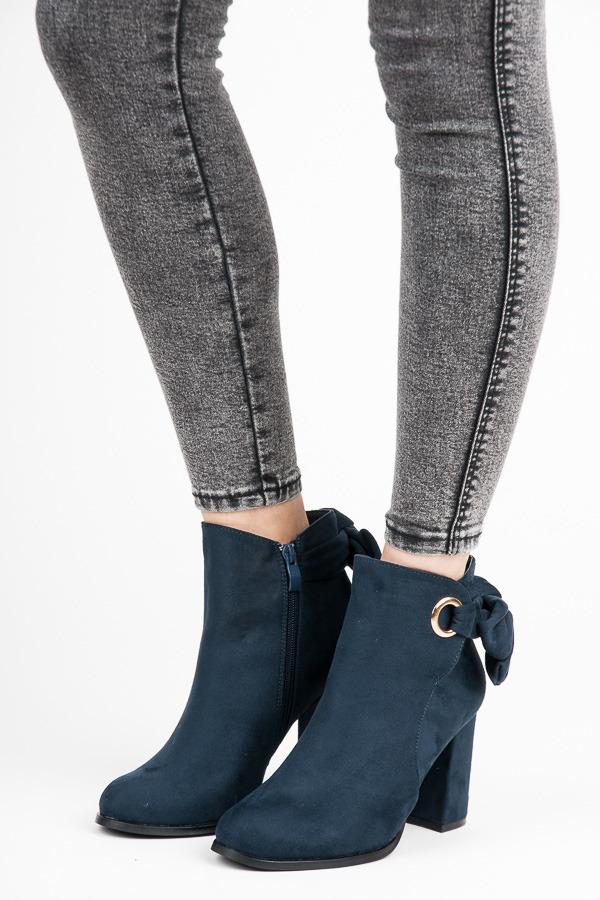 Módní modré kotníkové boty na sloupku s mašlí