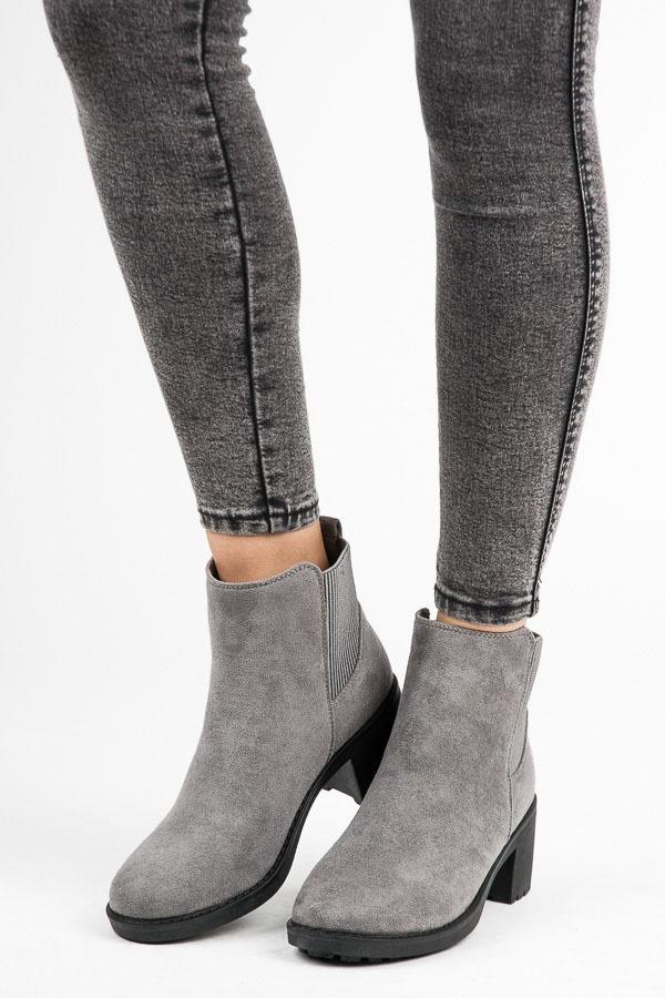 Módní šedé kotníkové boty na podpatku