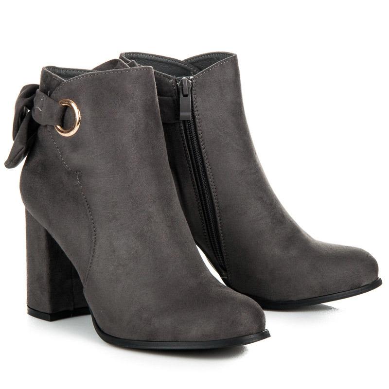 Módní šedé kotníkové boty na sloupku s mašlí