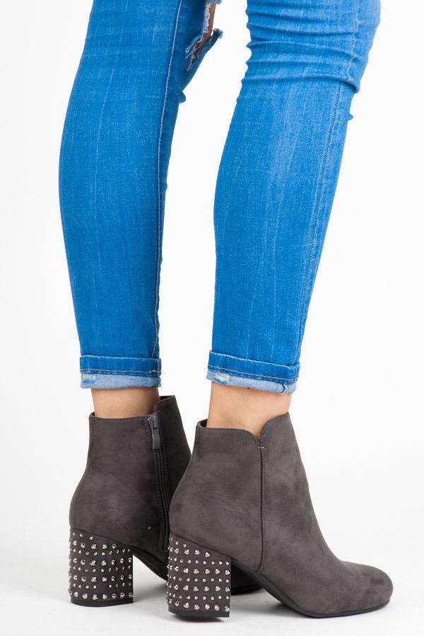 Módní šedé kotníkové boty s kamínky na podpatku