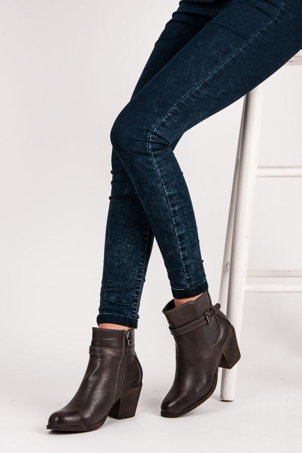 Módní šedé kotníkové boty s přezkou u kotníku  686b18517d