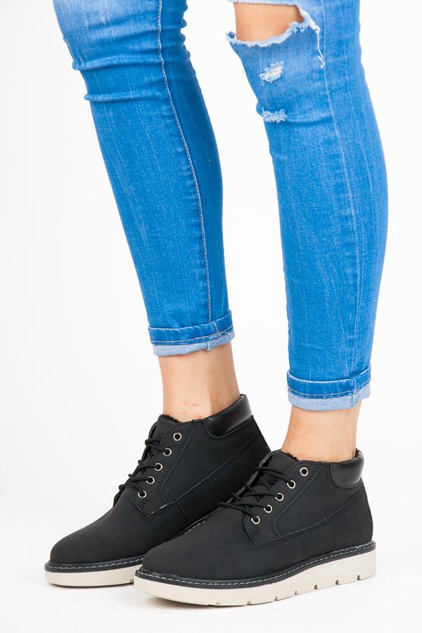 Nízké černé kotníkové boty na platformě