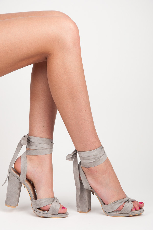 Okouzlující šedé sandály na podpatku s vázáním