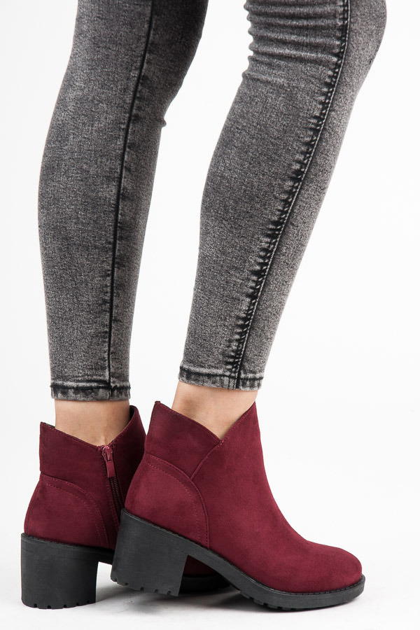 Semišové červené kotníkové boty na podpatku