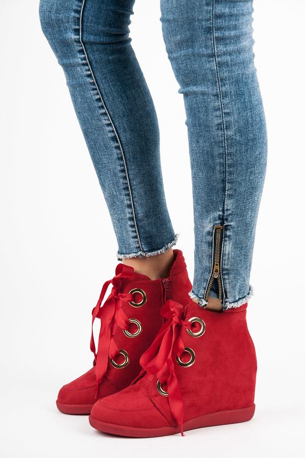 Semišové červené kotníkové boty vázané stužkou