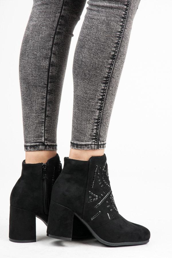 Stylové černé semišové kotníkové boty s kamínky