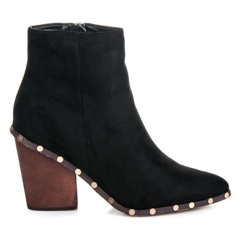 Stylové černé semišové kotníkové boty zdobené cvočky