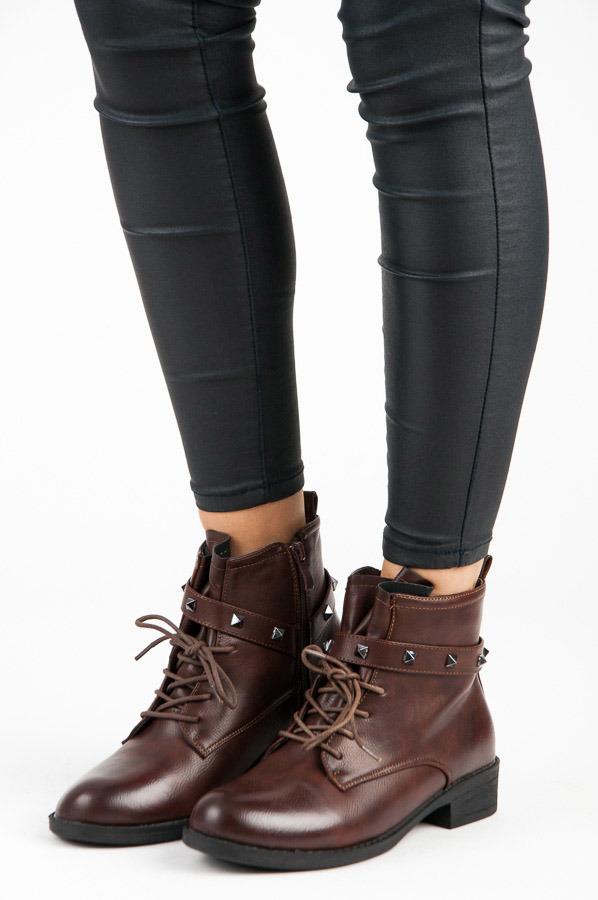 Stylové hnědé šněrovací kotníkové boty se cvočky