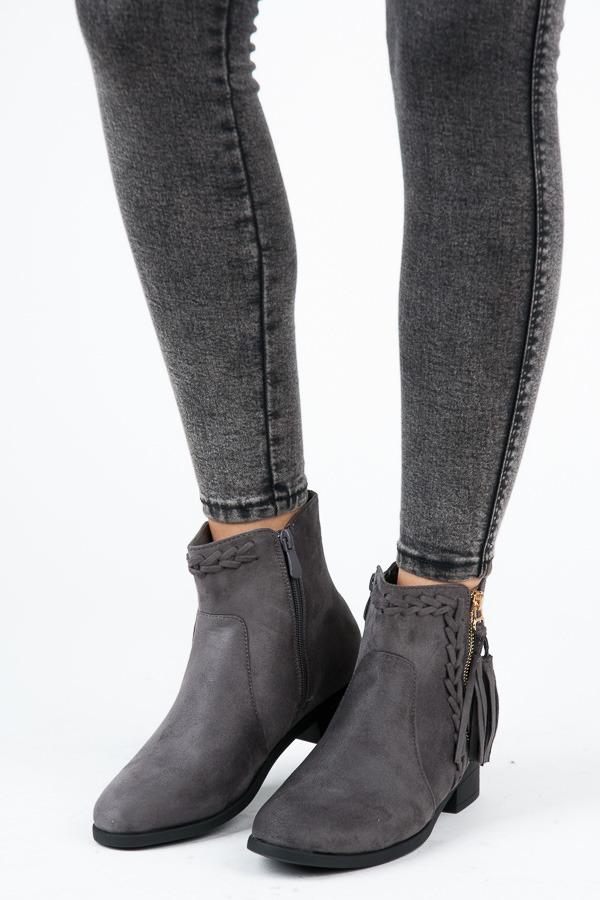 Stylové šedé kotníkové boty s třásněmi