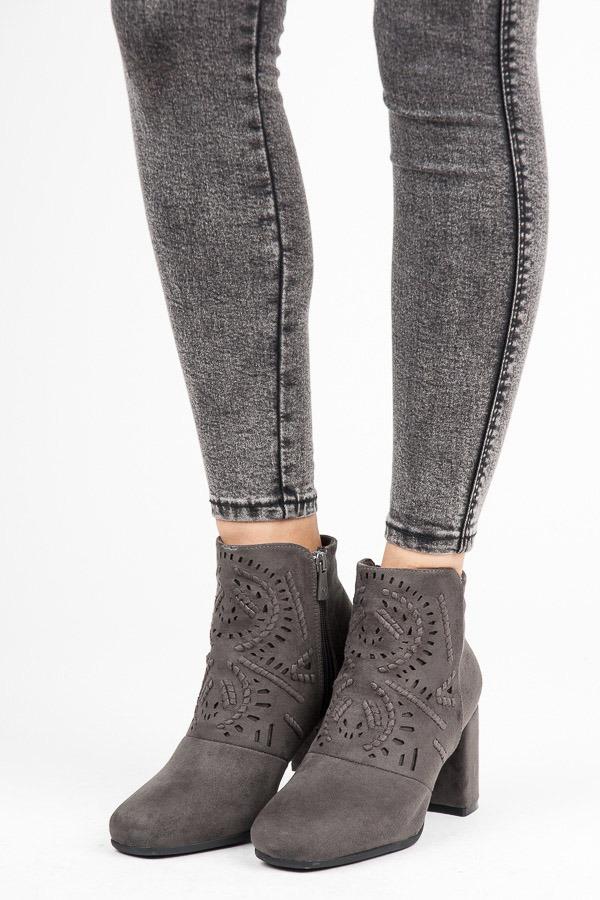 Stylové šedé semišové kotníkové boty s kamínky