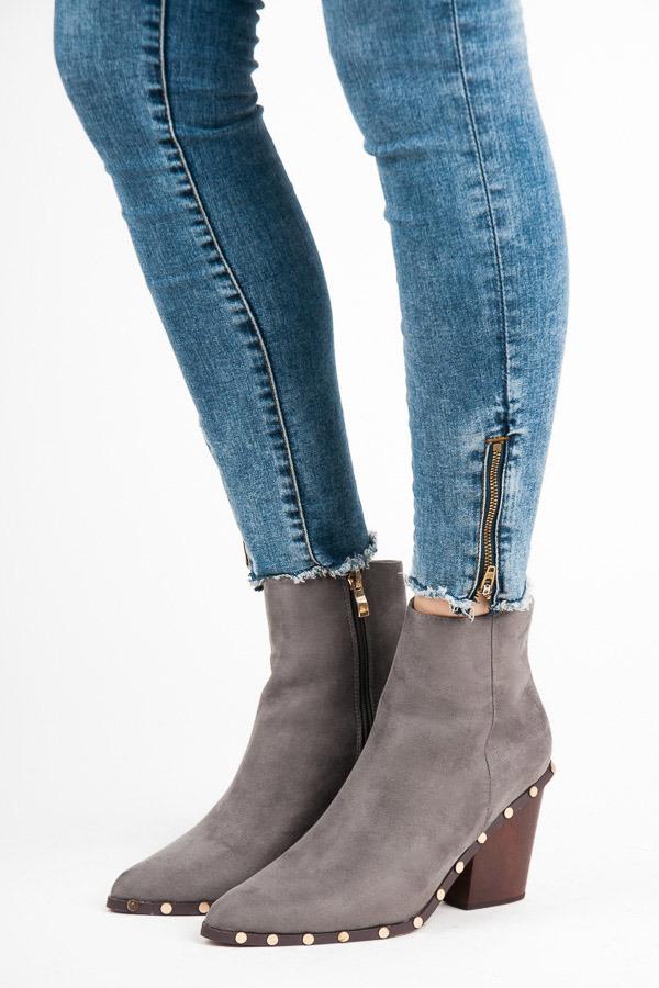 Stylové šedé semišové kotníkové boty zdobené cvočky