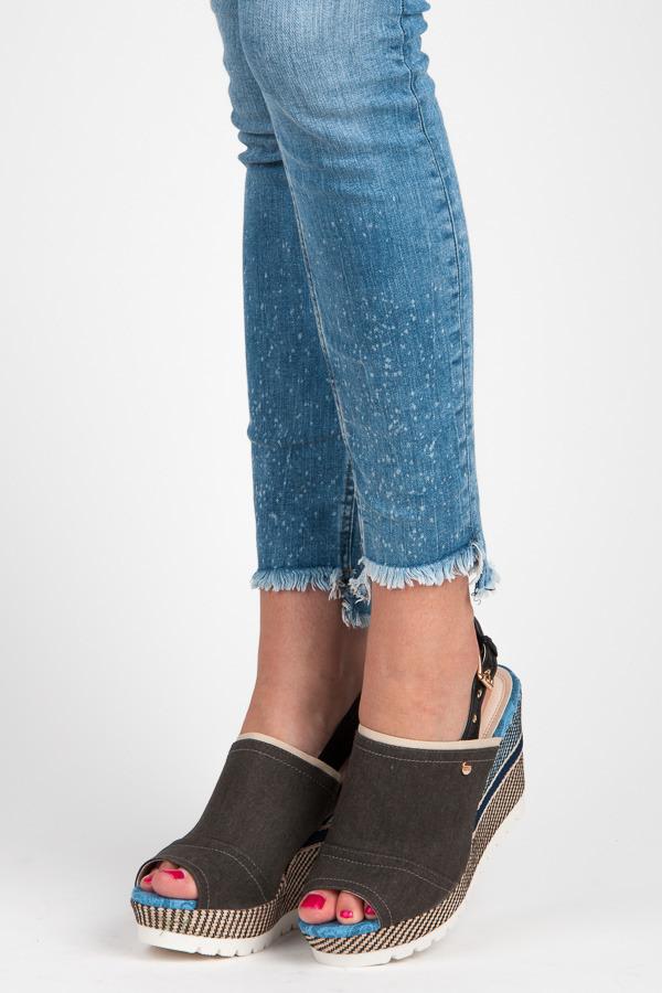 Textilní černé sandály na klínu se vzorem