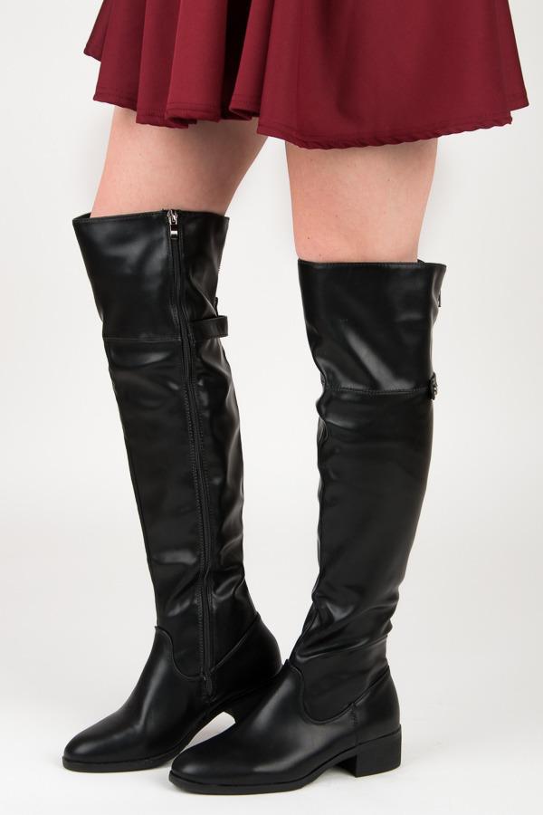 Vysoké černé kozačky nad kolena