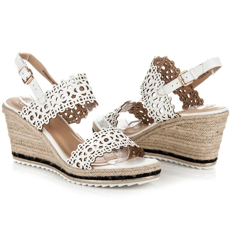 80b0ac07bf94 Ažurové bílé sandály na klínku