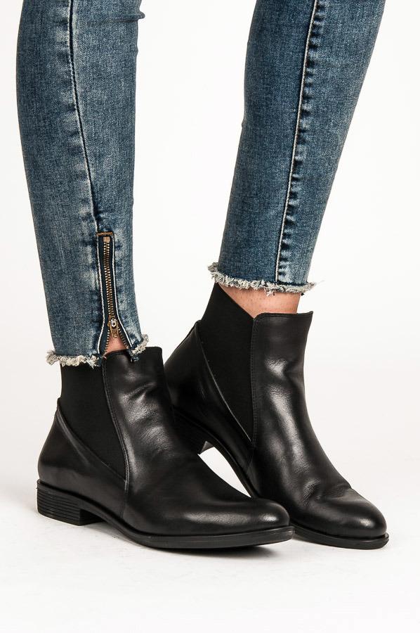 d56f0edaad Černé kožené nízké kotníkové boty s elastickými vsadkami