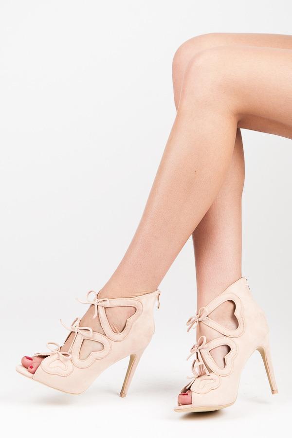 2255e2408f5e Dámské béžové semišové kotníkové sandály s mašličkami