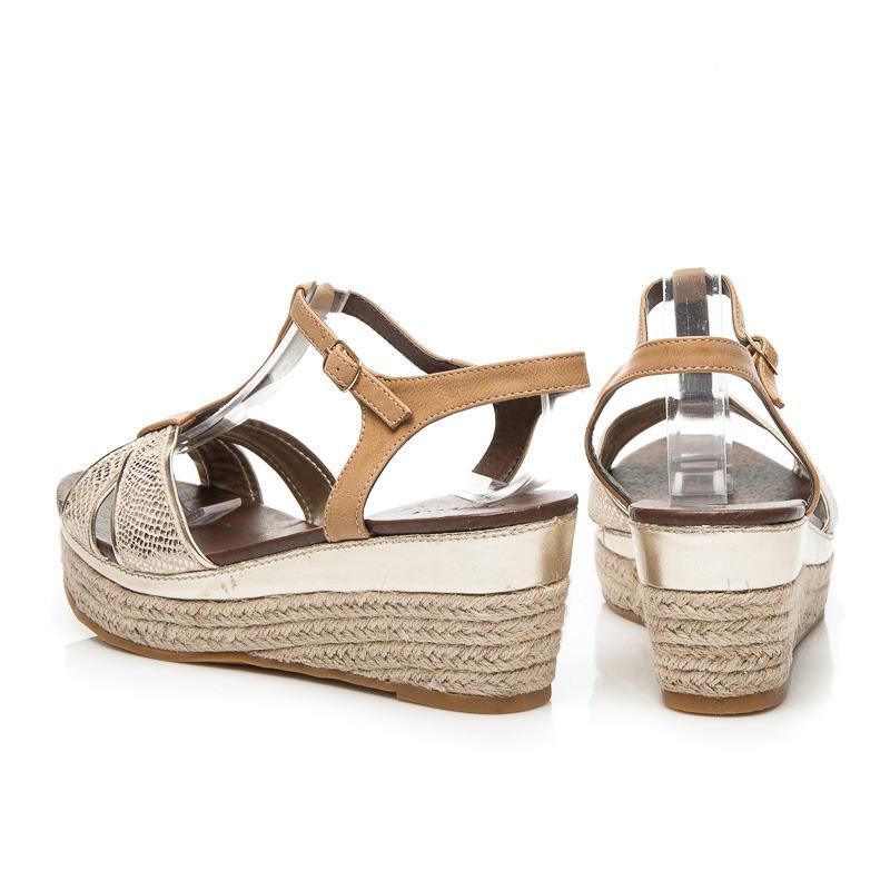 56d9dab0428 Dámske zlaté sandále na platforme kterou oplétá plátěný materiál ...