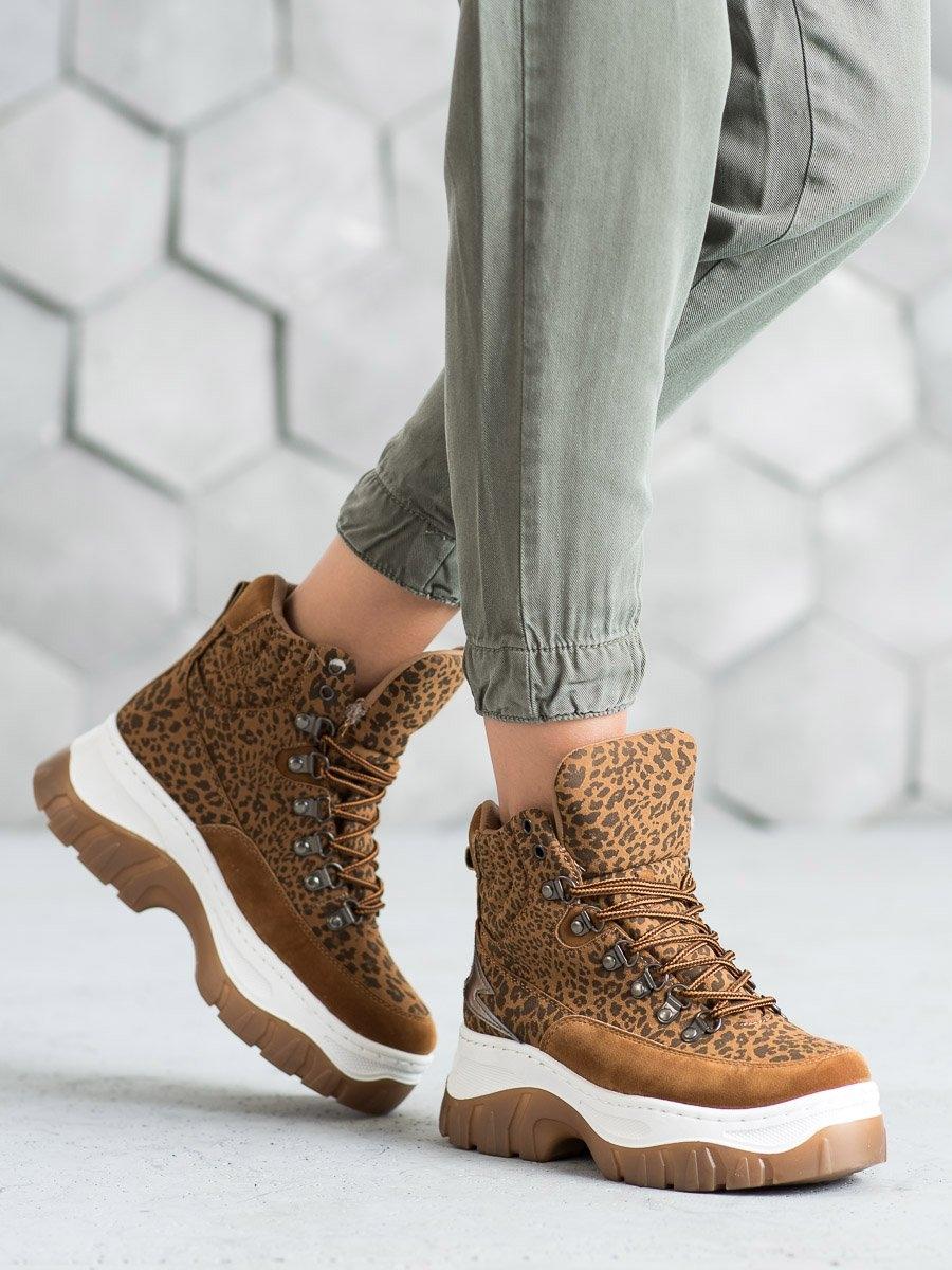 Jedinečné hnědé dámské kotníčkové boty na klínku