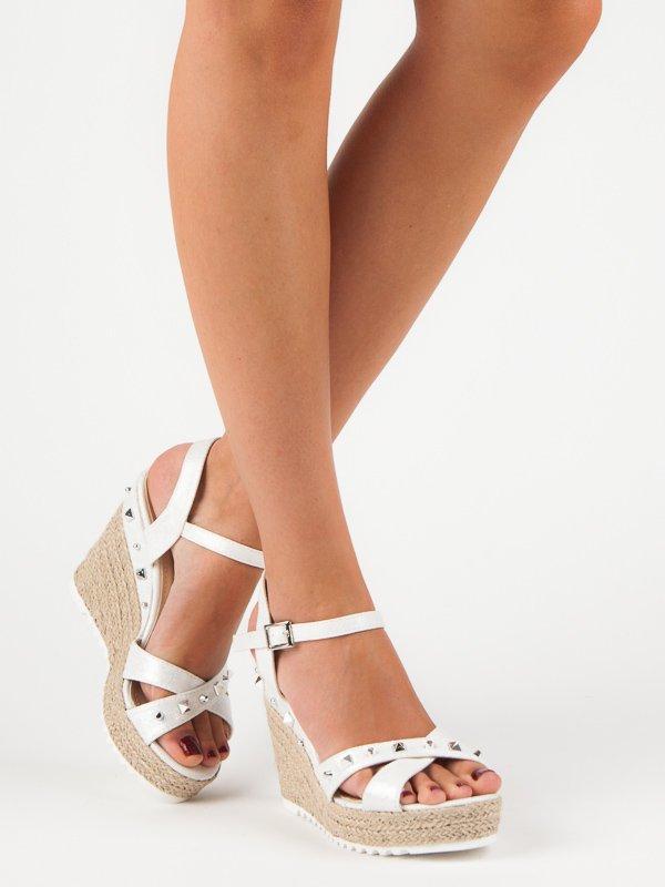 504af5d0e250 Krásné bílé sandály na klínku