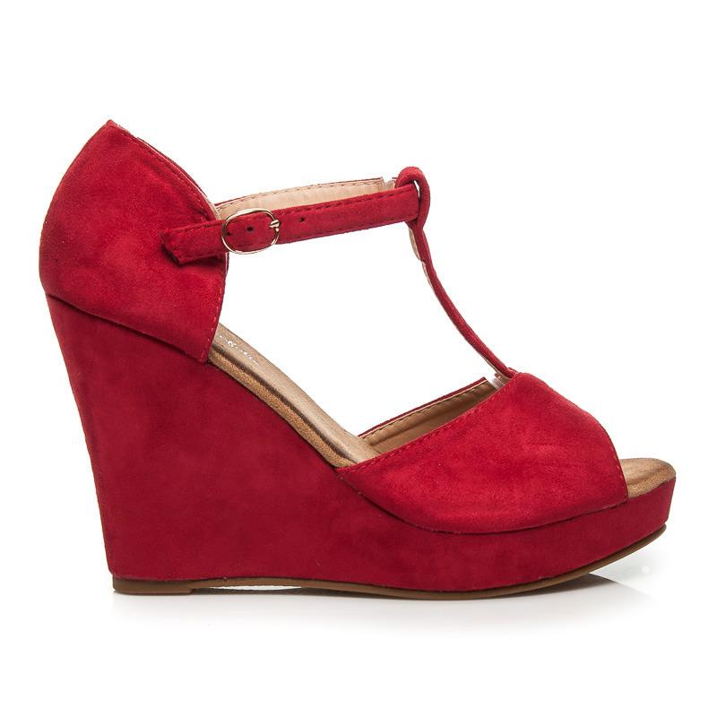0e39307f4ca2 Krásné červené sandály na klínku a platformě