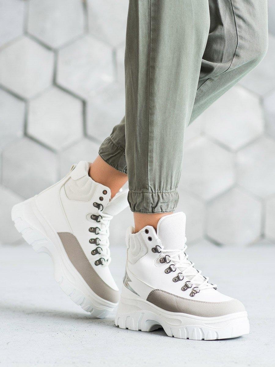 Krásné dámské kotníčkové boty bílé na klínku