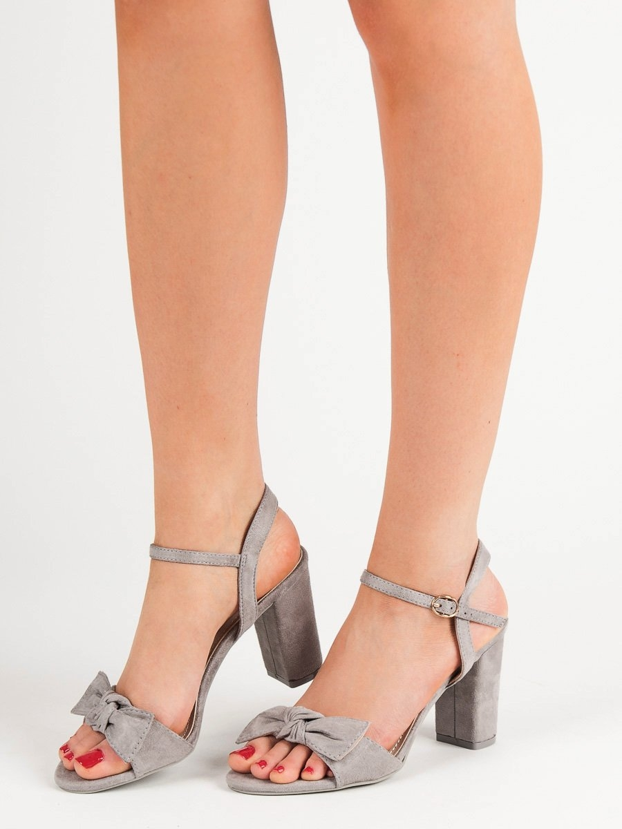16049c79f9d2 Luxusní šedo-stříbrné dámské sandály na širokém podpatku