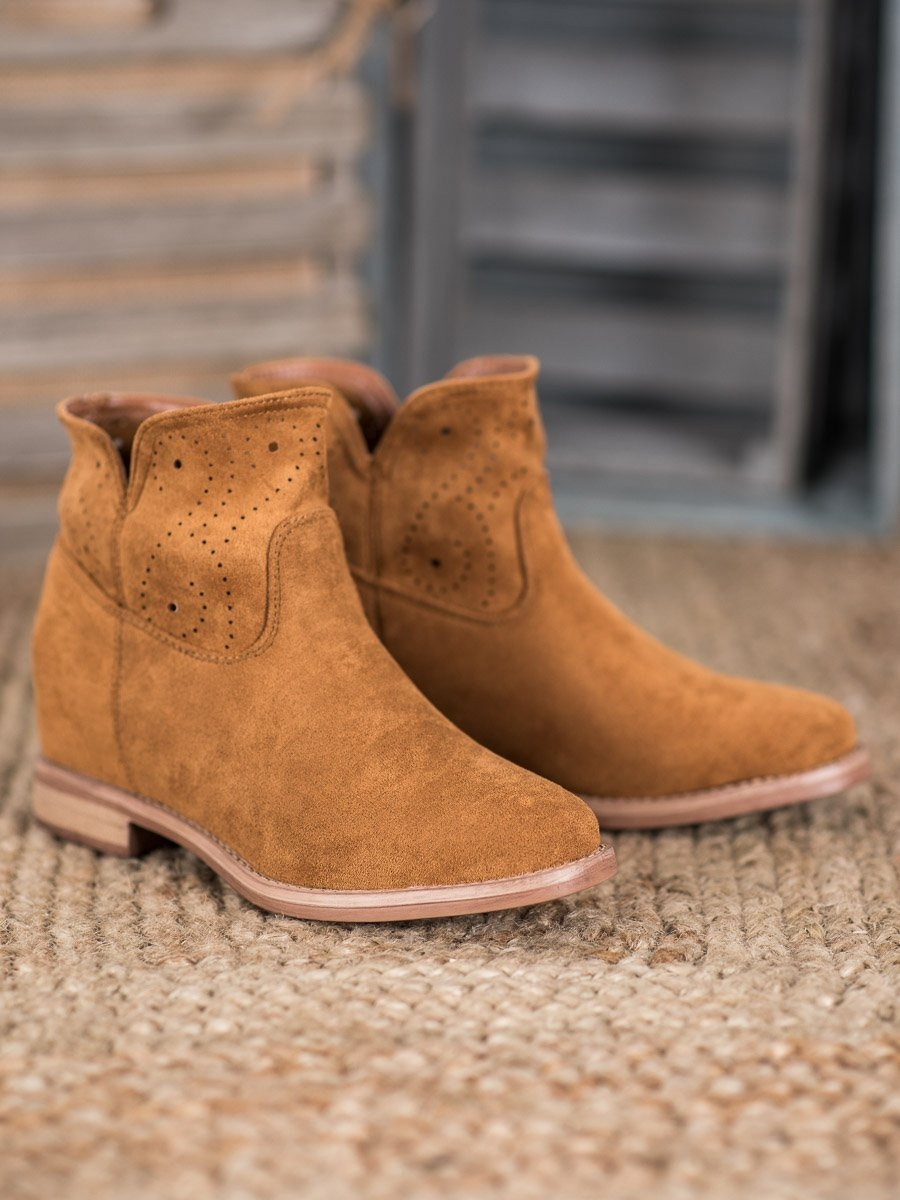 Moderní dámské hnědé kotníčkové boty na klínku