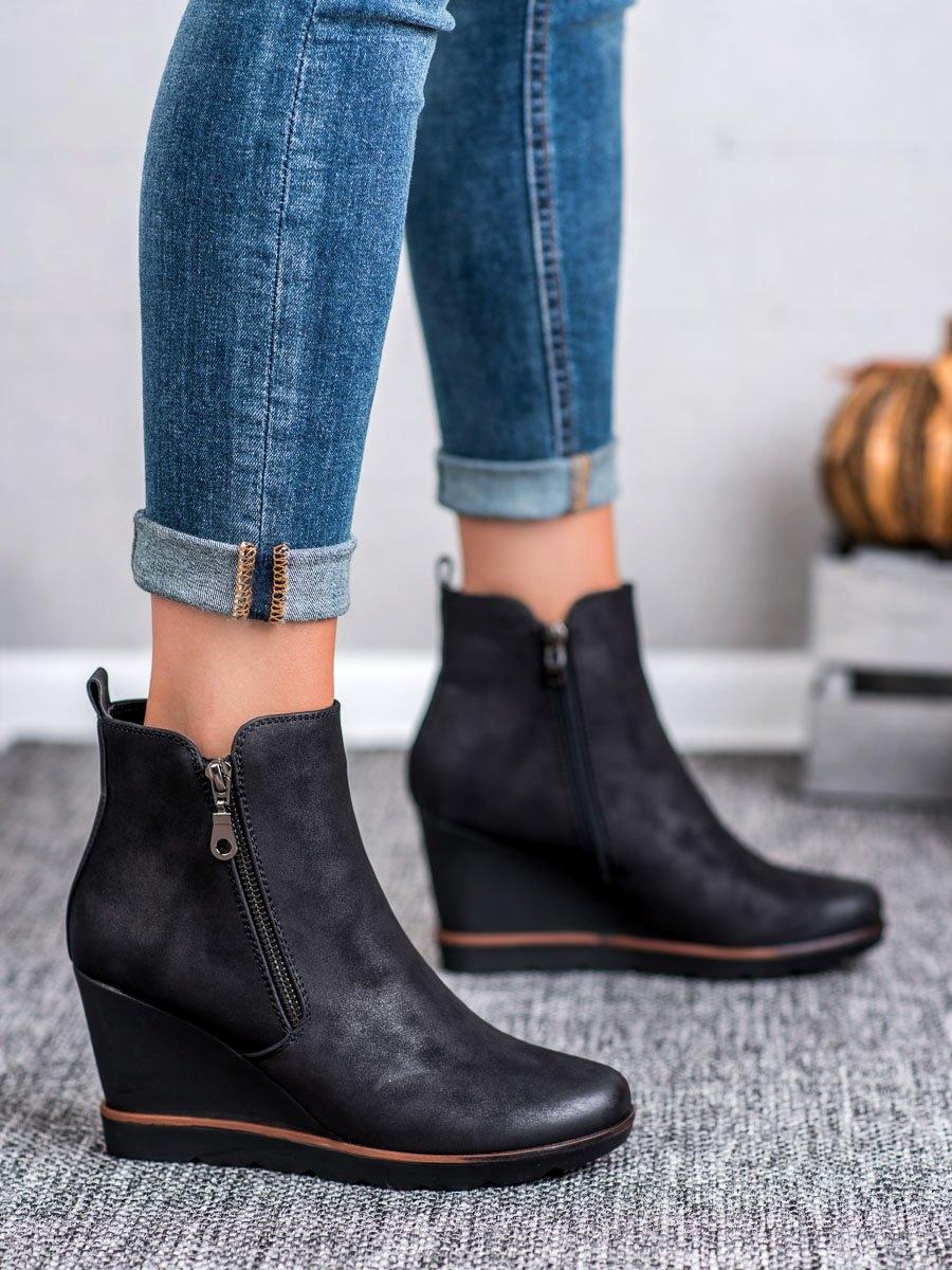 Moderní kotníčkové boty dámské černé na klínku