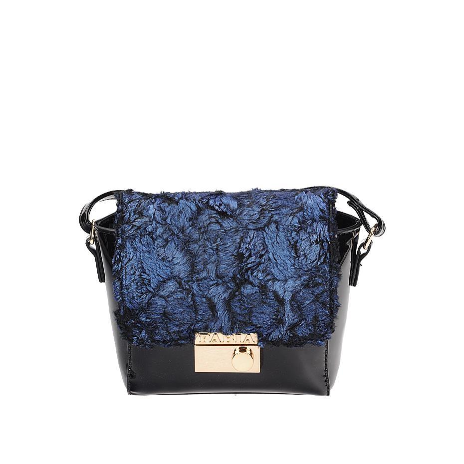 Modrá lakovaná crossbody kabelka zdobená kožešinkou