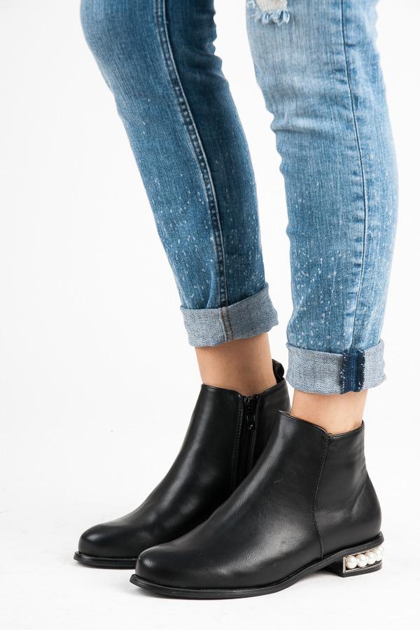 Nadčasové černé kotníkové boty s perličkami  3d4dc3b12e