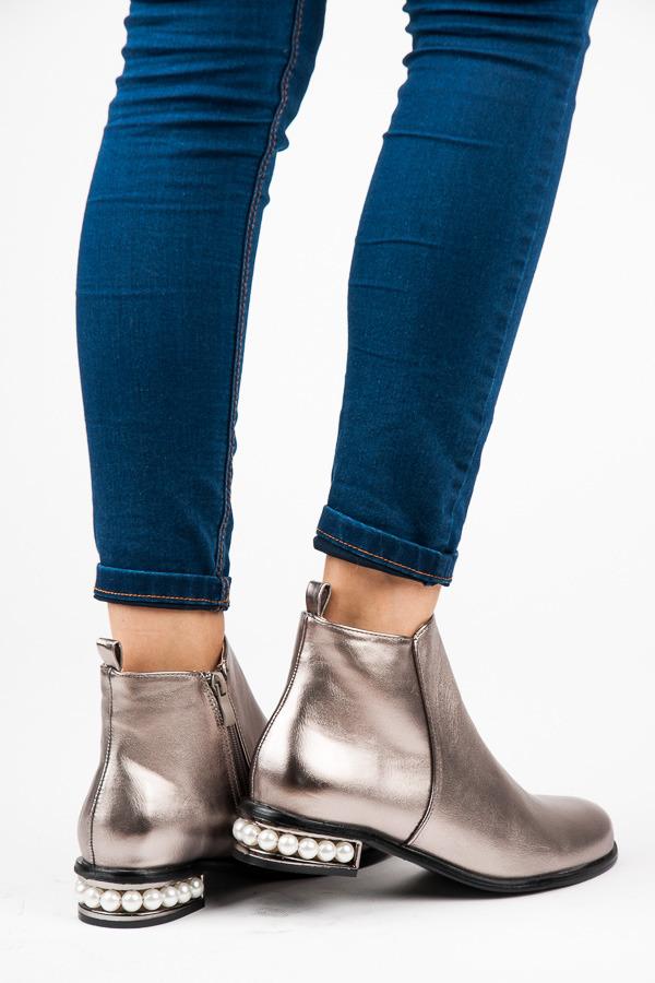 Nadčasové stříbné kotníkové boty s perličkami  cabd8ad564