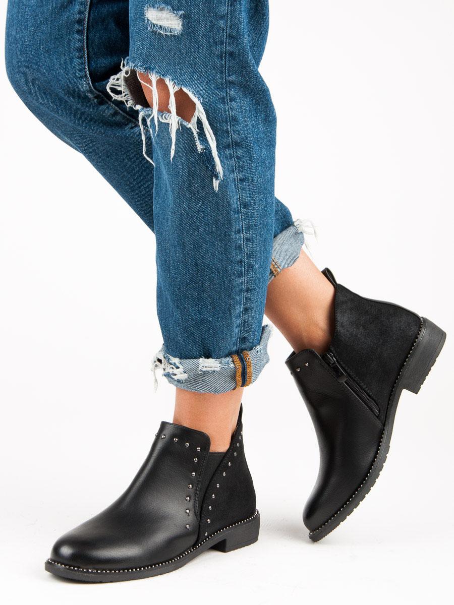 Nízké černé kotníkové boty zdobené cvočky 139972f348