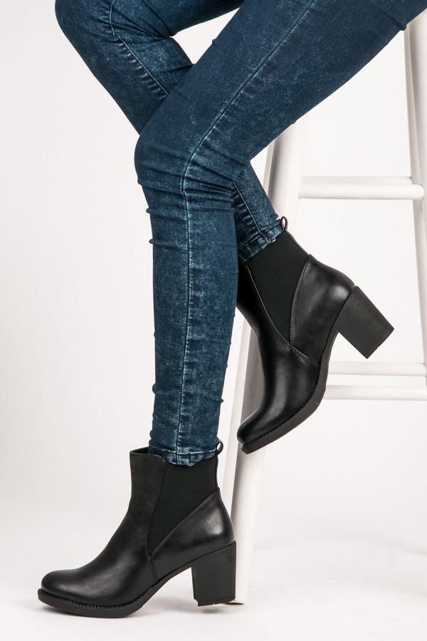 Pěkné černé kotníkové boty na širokém podpatku  a759ea9295