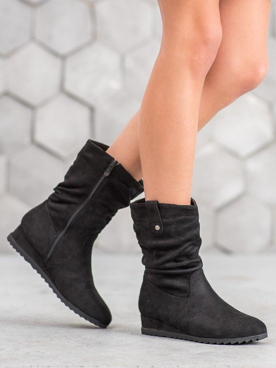 Pohodlné černé dámské kotníčkové boty na klínku